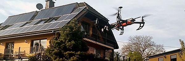Multikopterflug über eine Immobilie