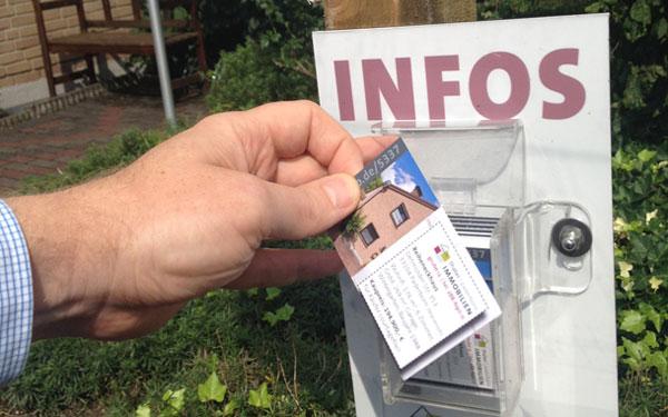 Verkaufsschild mit Visitenkarte